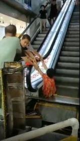哈爾濱商場1名婦人雙腿被夾在電扶梯側面縫隙,過了30分鐘後才被救出,但是左小腿已不幸整個被夾斷,右腳也受傷嚴重。(圖擷取自微博)