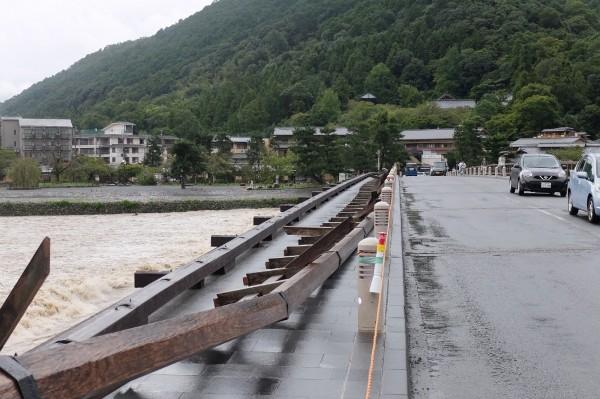 京都嵐山渡月橋下游側的木製欄杆整片被強風吹倒。(法新社)
