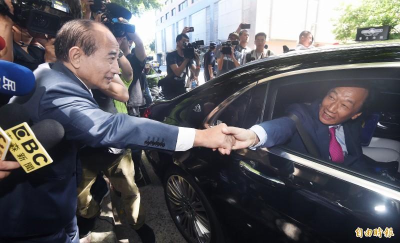 鴻海創辦人郭台銘(右)11日拜會前立法院長王金平(左),王親自迎送郭,郭乘車離去時,兩人隔著車窗握手致意。(記者廖振輝攝)