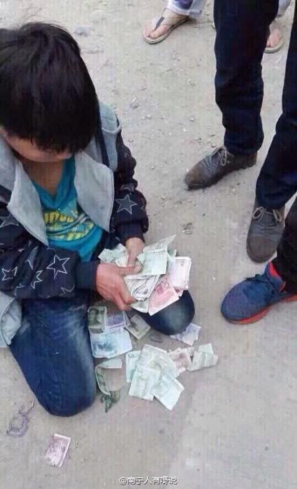 村民命令男童罰跪。(圖擷取自微博)