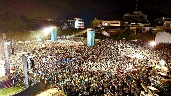 民進黨高雄市長候選人陳其邁11日在旗山體育場舉辦旗美大團結造勢晚會,現場湧入逾3萬名熱情支持者。(陳其邁競選辦公室提供)