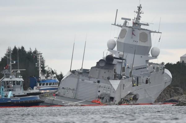 挪威護衛艦與油輪相撞,導致8人受傷,軍艦上137名海軍與油輪的23名船員全數撤離。(路透)