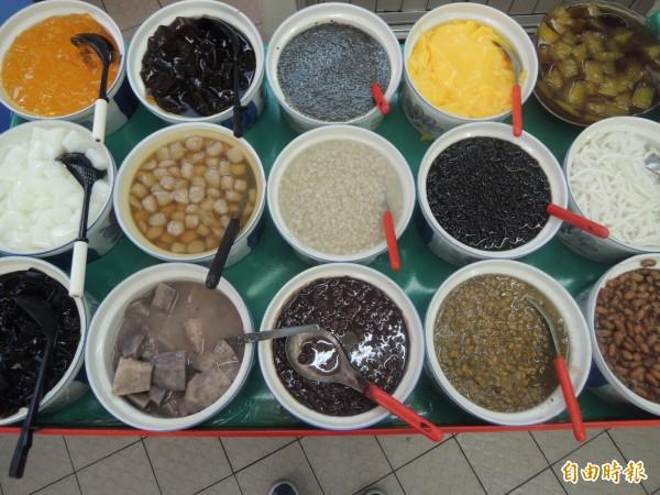 小樂涼冰店有多種配料。(記者張軒哲攝)