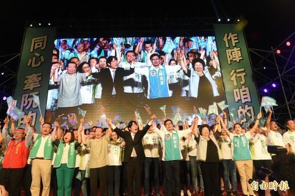 民進黨高雄市長候選人陳其邁在岡山辦團結造勢晚會。(記者張忠義攝)