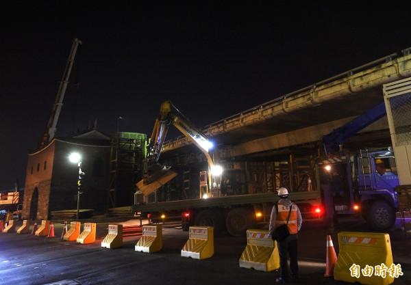 忠孝橋引橋工程正式開拆,各式機械器具在橋上與橋下啟動,要在期限內完成拆除任務。(記者陳志曲攝)