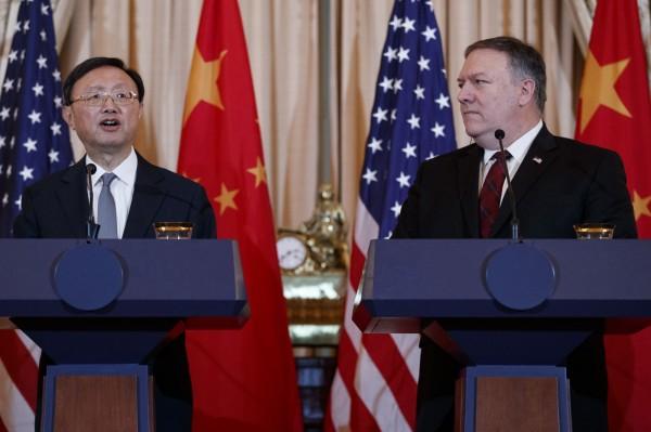 美國和中國第二輪外交與安全對話9日在華府召開,雙方就台灣、南海和人權議題上針鋒相對。圖為中共中央政治局委員楊潔篪(左)和美國國務卿龐皮歐(Mike Pompeo,右)。(美聯社)