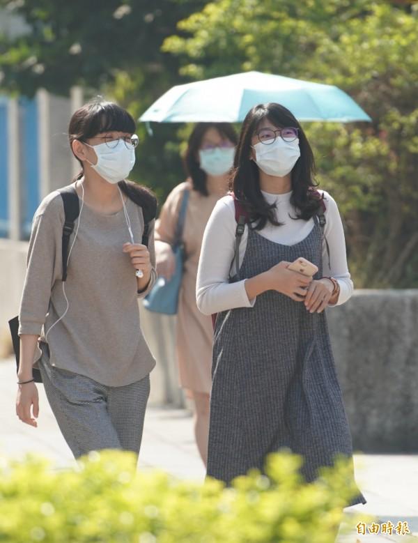 環保署表示,中南部地區的空氣品質則對敏感族群不健康,敏感體質者宜避免非必要戶外活動,家中若有年長者及幼童的民眾應注意其健康狀況。(記者黃志源攝)