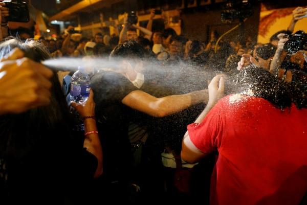 有香港民眾於臉書上指出,「反對人大釋法集會像雨傘運動一樣:傳傘、傳眼罩、傳水、中椒、但團結」。(路透)