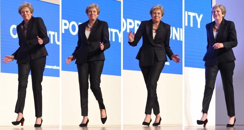 英國首相梅伊本週末參加一場音樂祭,被拍攝到隨著音樂起舞,顯得相當放鬆。圖為2018年10月3日梅伊在保守黨會議演講前,表演的舞步。(法新社)