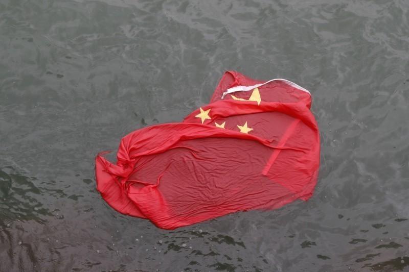 中方批評民進黨政府利用香港局勢攻擊中國,陳芳明反批「好意思這樣說話嗎」?圖為香港反送中抗爭行動中,數度傳出有公共空間的五星旗被拆下丟入海中。(美聯社)
