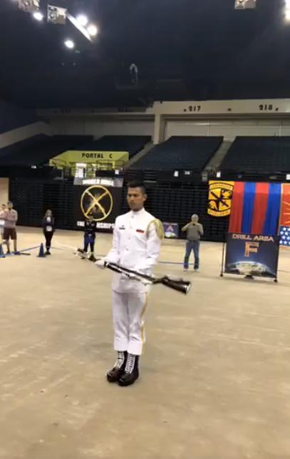 赴美參加「世界儀隊錦標賽」(World Drill Championship )的海軍儀隊蘇祈麟上兵,今天清晨一路過關斬將闖入決賽。(圖擷取自三角鐵影像工作室臉書)