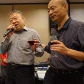 韓國瑜敬酒的照片。(圖擷自臉書)