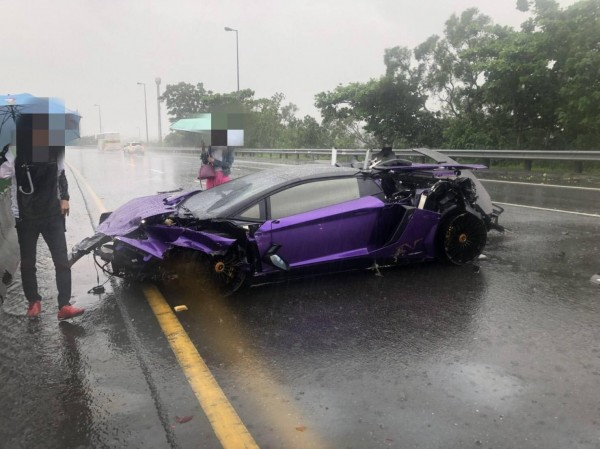 這輛紫色藍寶堅尼超跑Aventador LP 750-4 SV打滑撞爛,零件四散。(圖擷取自《台灣新聞記者聯盟資訊平台》臉書粉專)