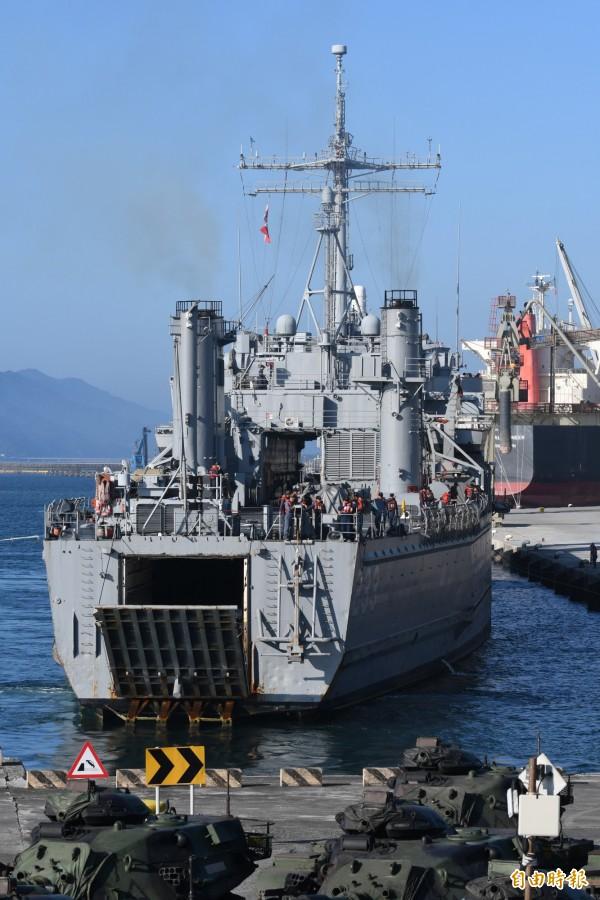 海軍「中平艦」準備泊靠花蓮港,協助陸軍花防部戰車營實施海運裝載。(記者游太郎攝)