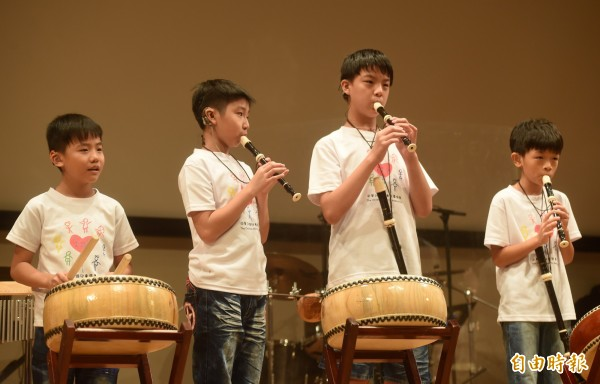 11日共有55位聽損小朋友演出7首曲目,年紀從4歲到14歲。(記者簡榮豐攝)
