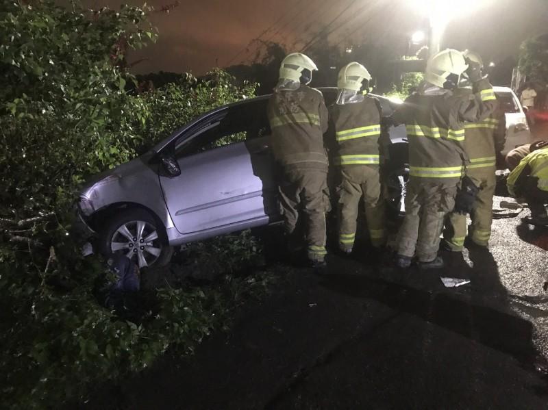 基隆市警方晚間獲報,劉銘傳路一輛轎車高速撞死男子後,疑因不熟路況自撞,車上4人跳車逃逸,但涉嫌肇事的一方疑似與死者有仇,警方未排除是凶殺。(記者林嘉東翻攝)