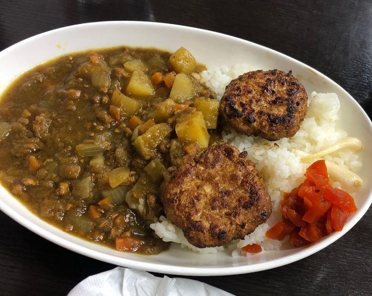 當地餐廳響應撲殺計畫,推出孔雀肉料理。(圖擷自いよさん推特)