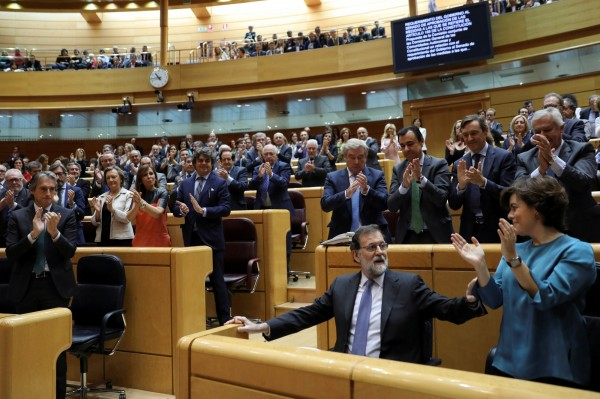 當地時間上午10時(台灣時間下午4時),西班牙參議院開議,拉霍伊進場時受到掌聲歡迎。(路透)