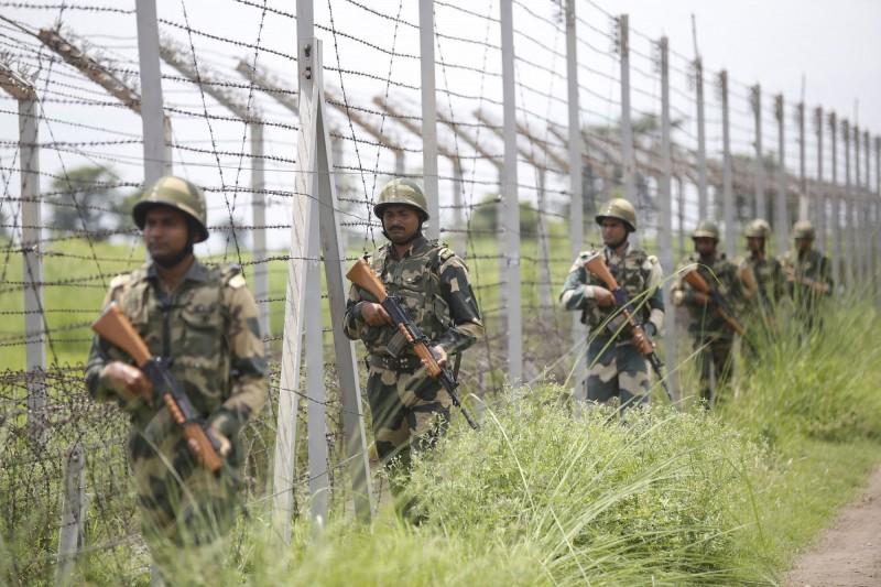 印度與巴基斯坦在喀什米爾交火,共造成10人死亡。圖為印度邊防部隊(BSF)在印巴邊界巡邏。(法新社)