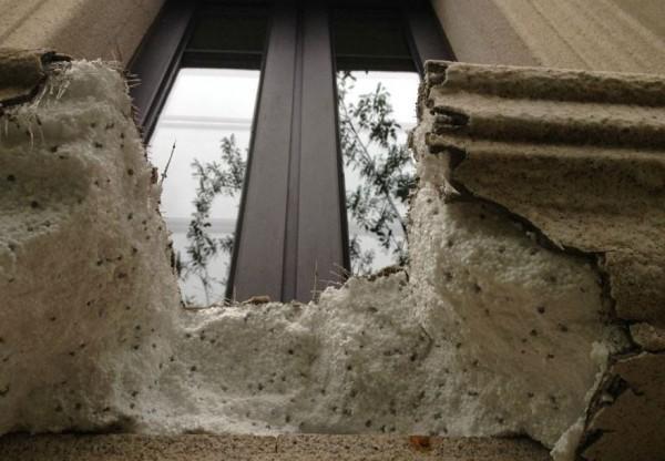 新屋牆壁竟是保麗龍牆。(圖片取自央視微博)