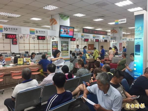 南市勞工局勞檢中華電信直門市,發現12處員工超時工作,今開出第一階段罰單,中華電信遭處罰鍰104萬元。(示意圖,資料照)