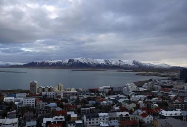 一名冰島作家認為冰島政府只在未來兩年接收50名敘利亞難民實在「太少」,於是在臉書上號召冰島民眾提供居所。縱使該國總人口只有30萬人,但目前卻已經有上萬人響應這個活動。(路透)