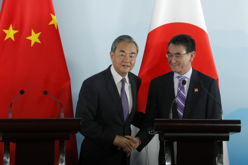 河野太郎(右)與王毅在北京進行會談,會中河野太郎對香港情勢表達憂慮。(美聯社)