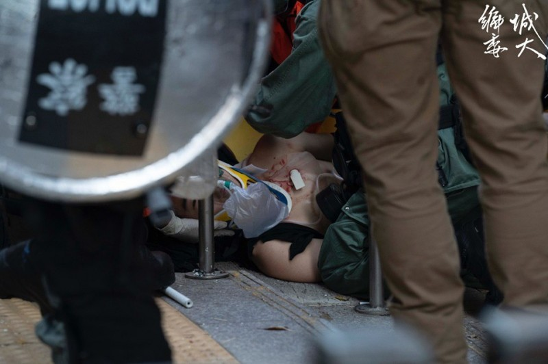 在荃灣大河道,下午4點多時有示威者遭實彈擊中左胸。(圖擷取自臉書_香港城市大學學生會編輯委員會)
