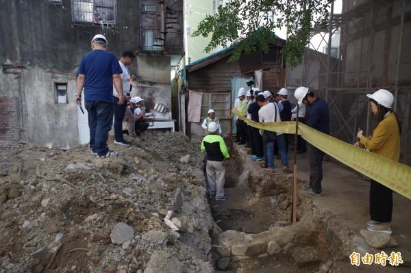 嘉義市歷史建築「東門派出所」修復工程,挖出疑似清代嘉義東城門遺跡。(記者王善嬿攝)