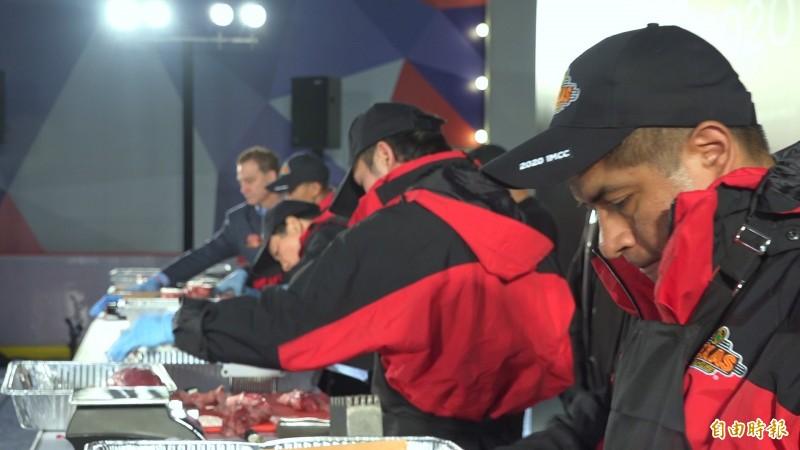5國選手全神貫注切肉,角逐冠軍之位。(記者余家緯攝)