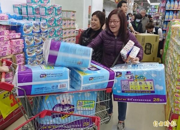 衛生紙喊漲,民眾紛紛至大賣場搶購。(資料照)