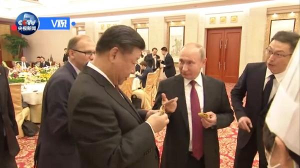 俄羅斯總統普亭在天津的一場晚宴上還親手做了個煎餅果子給中國國家主席習近平吃。(圖擷取自央視)