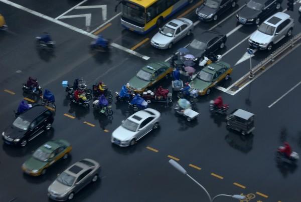 中國一名40歲女士,駕照一考就是14年,直到日前她在微博看到某影片後,讓她不想當「馬路殺手」,決定放棄考駕照,而這也讓看著她14年的汽車教練大喊太好了。(美聯社)