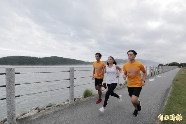 慢跑於太平洋旁,是花蓮近期越發熱門的活動之一。(記者沈昱嘉攝)