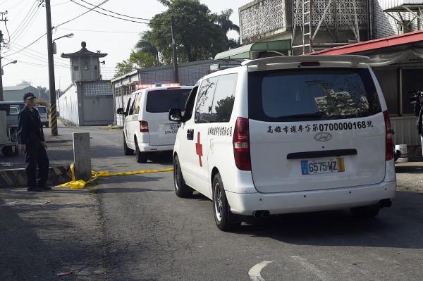 大寮監獄挾持事件於清晨落幕,6輛救護車從監獄側門巷子進入,準備載送受刑人遺體至殯儀館。(記者陳志曲攝)