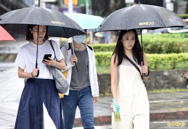 明(27)日受西南風影響,各地都可能下短暫陣雨,請民眾出門帶上雨具,以備不時之需。(資料照,記者簡榮豐攝)