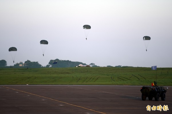 漢光演習傘兵跳傘。示意圖,與新聞無關。(資料照)