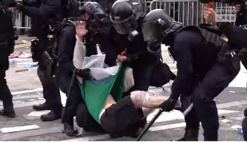 隨後防暴部隊「速龍小隊」出動,粗魯帶走傷者。(圖擷取自臉書香港電台視像新聞 RTHK VNEWS)