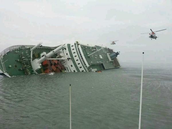 南韓2014年世越號沉沒造成299死5失蹤,韓國政府今(16日)舉行4周年哀悼會。(歐新社)