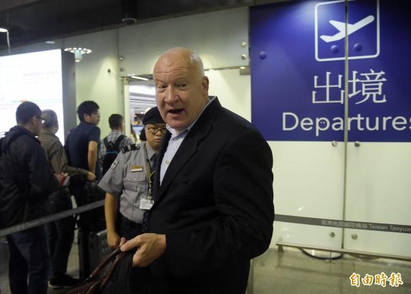 《屠殺》作者伊森‧葛特曼今天清晨6點從桃園機場離境。(記者黃耀徵攝)