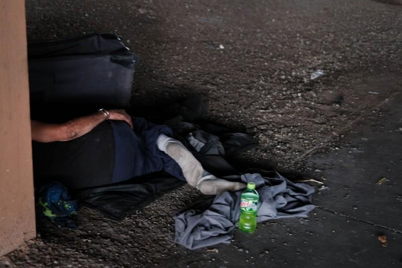 美國佛州西棕櫚灘市官員在半夜不斷重播洗腦兒歌,試圖驅離無家者。(法新社)