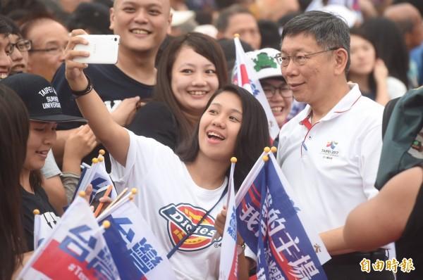 台北市政府前廣場擠滿人潮,迎接「台灣英雄」,現場民眾與柯文哲合照。(記者簡榮豐攝)