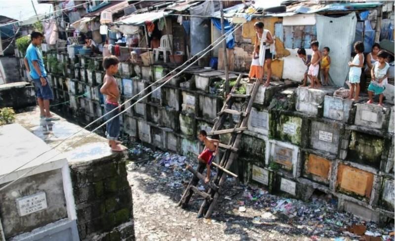 菲律賓的馬尼拉北墳場出現貧民聚落。(圖擷自 Reddit)