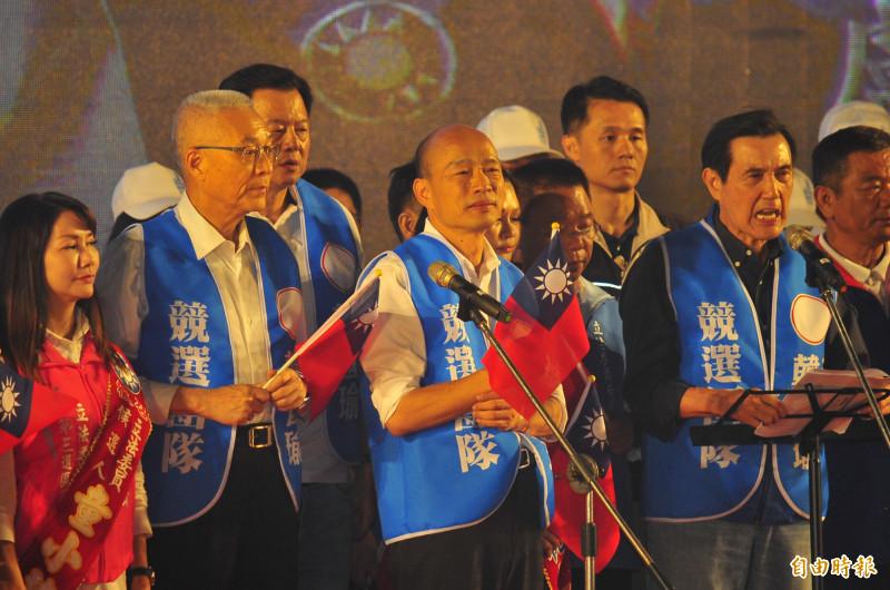 韓國瑜今晚在台南造勢,疑似遭到民眾投擲雞蛋。(記者王捷攝)