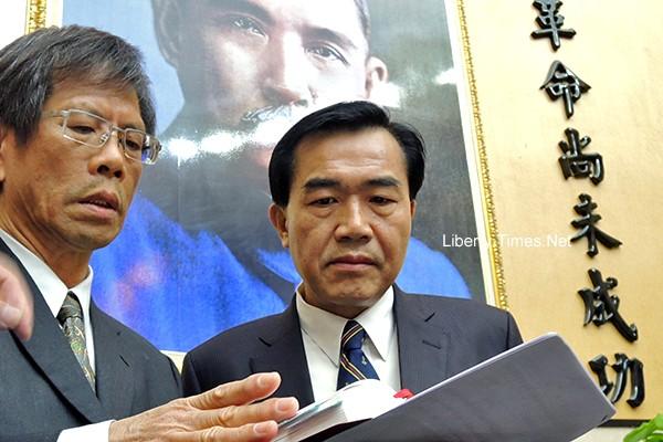 台南地檢署今晨決定聲請羈押南市議長李全教(右)等4名被告。(資料照,記者洪瑞琴攝)
