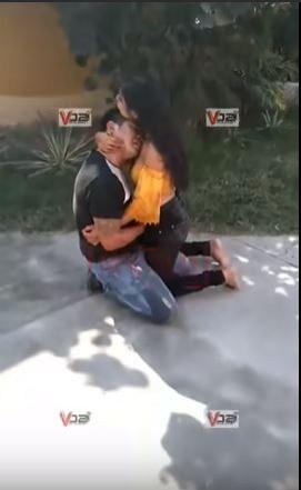 索尼雅抓狂行兇後,抱著男友艾瑞克。(圖擷自Mexico Sin Censura YouTube)