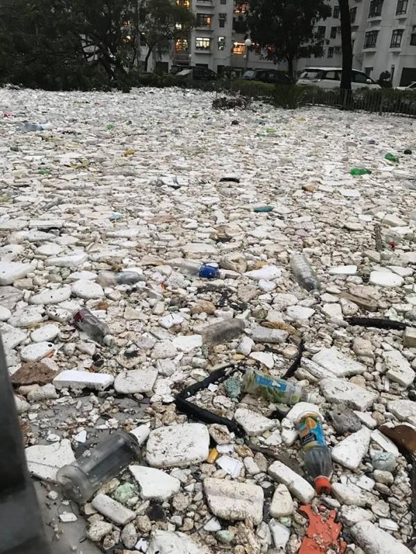 山竹過境,將滿地垃圾歸還人類。(圖擷取自「香港突發事故報料區」)