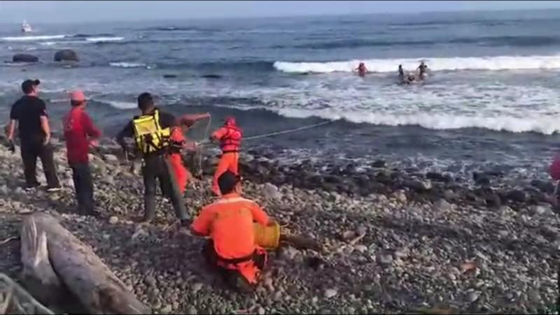 台東都蘭地區再傳溺水意外,24歲蘇姓男子在都蘭海角咖啡外海潛水未上岸,經海巡人員及警消救起後送醫不治。(記者王秀亭翻攝)