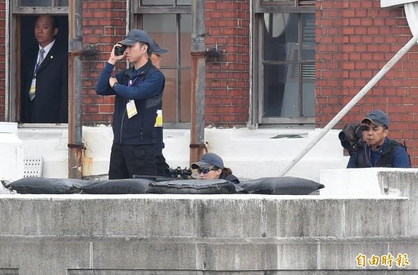 國慶大典上,總統府露台出現女狙擊手(前)擔任警戒任務。(資料照)