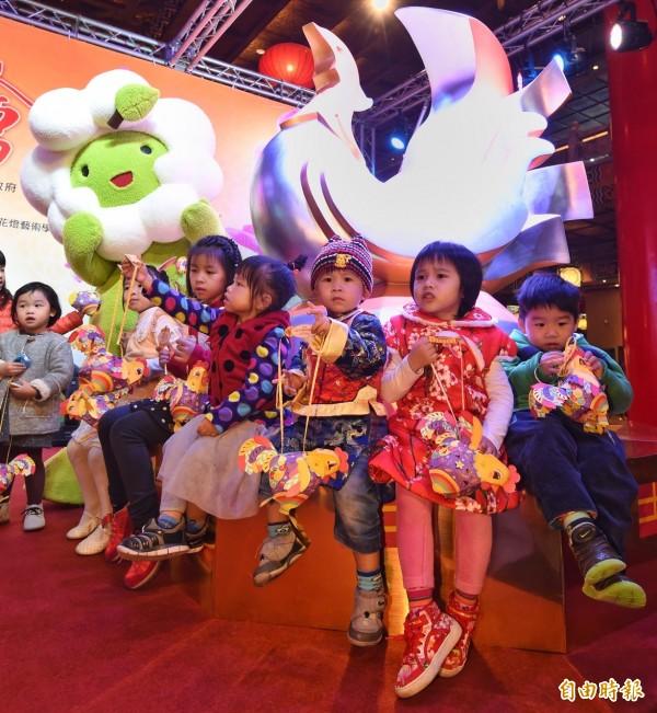 2017台灣燈會雞年主燈「鳳凰來儀」模型。(記者劉信德攝)